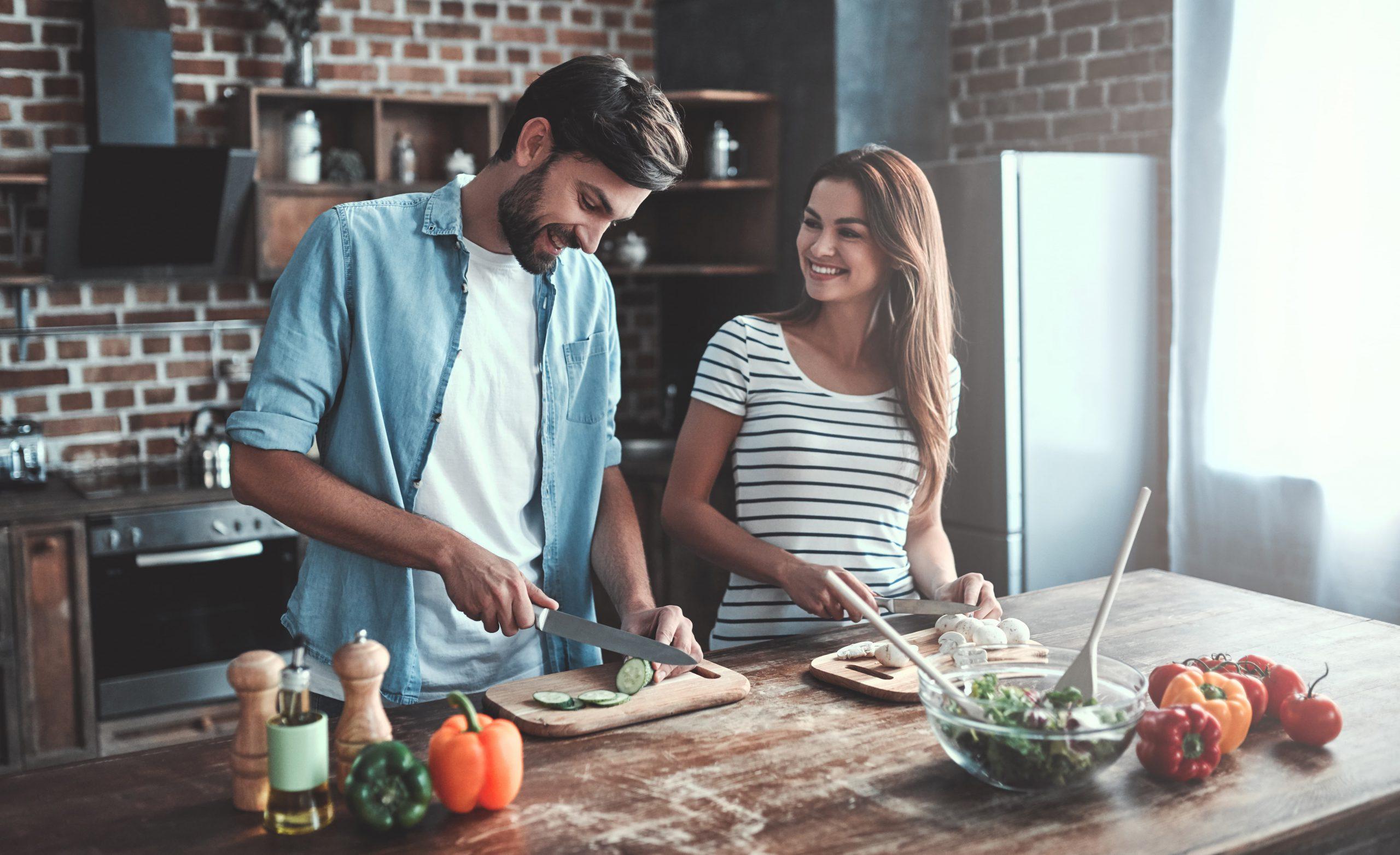 Młoda para w kuchni