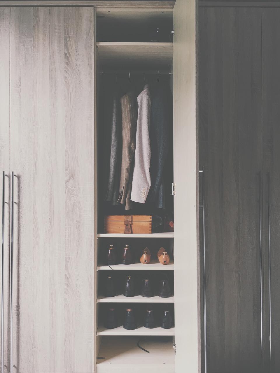Z lustrem, dwudrzwiowa, a może narożna? W poszukiwaniu szafy idealnej