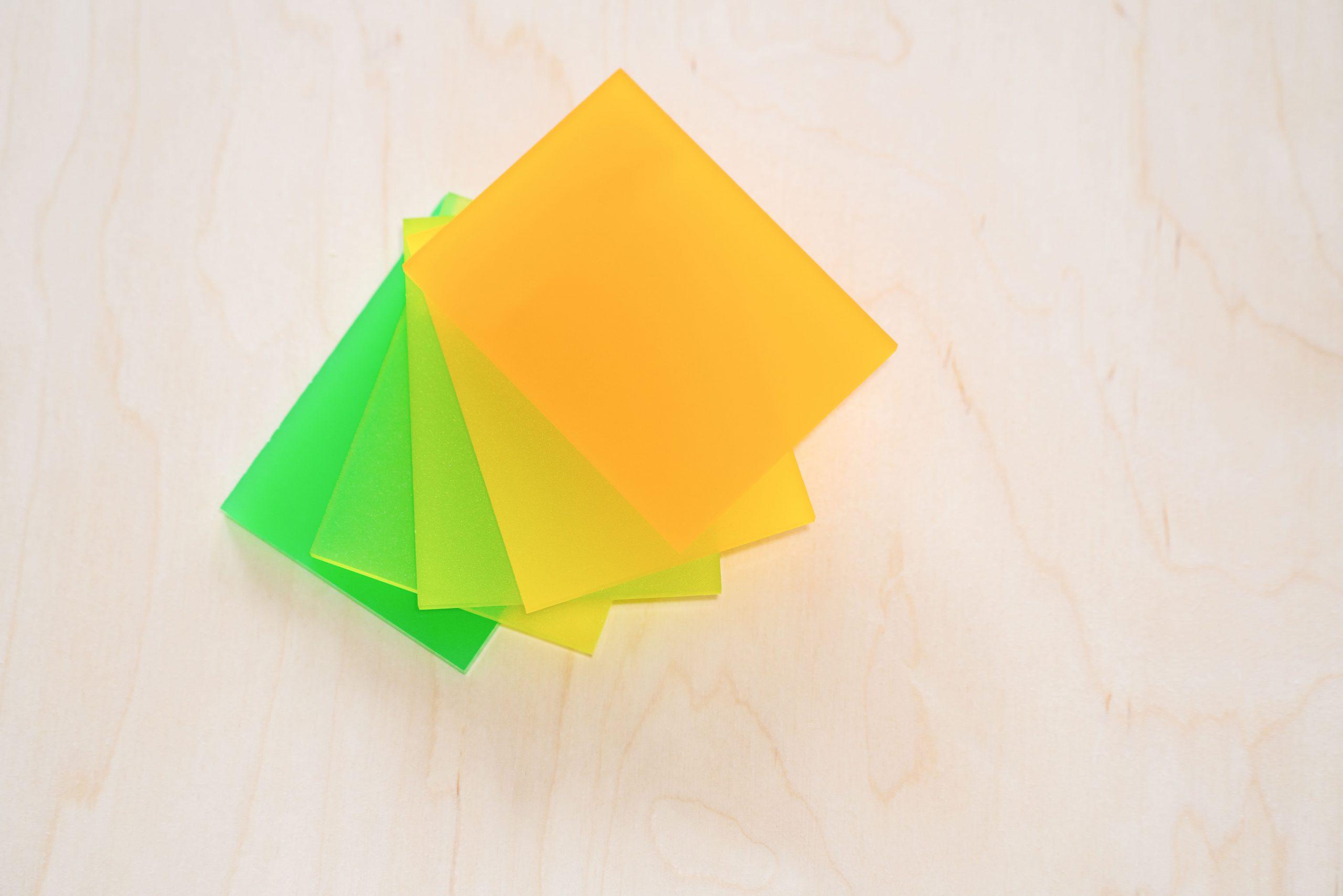 Dekoracje z plexi – jak możesz je wykorzystać w aranżacji wnętrza?